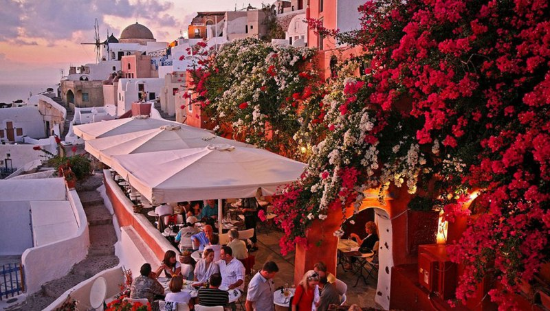 A sunset cafe near Oia's Castle